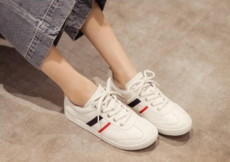 NeuTral 配色雙線洞洞小白鞋好看又百搭,洞洞設計透氣不悶腳,穿一整天清爽無負擔。(圖片來源:FMshoes)