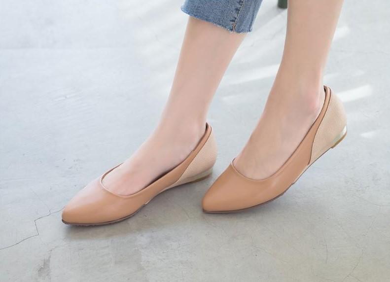 氣質的尖頭鞋是許多女孩的最愛,尖頭蟒蛇皮紋拼接包鞋加大寬楦的設計讓寬腳板的人也穿得下(圖片來源:FMshoes)
