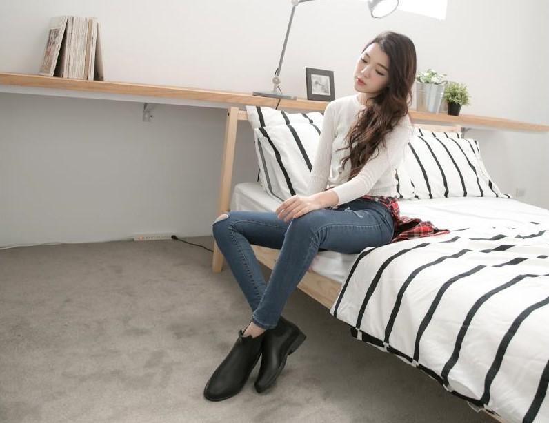 (黑色的小短靴適合搭配休閒牛仔褲,讓妳看起來更有個性。)