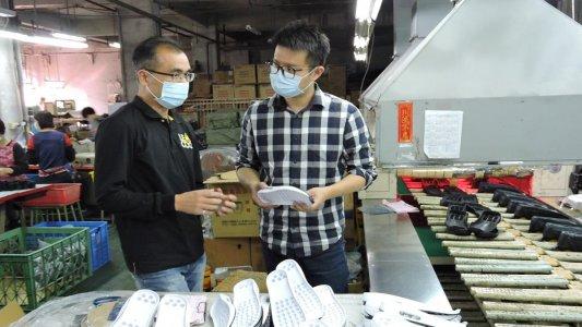 FMSHOES老闆JAMES與鞋廠主任溝通
