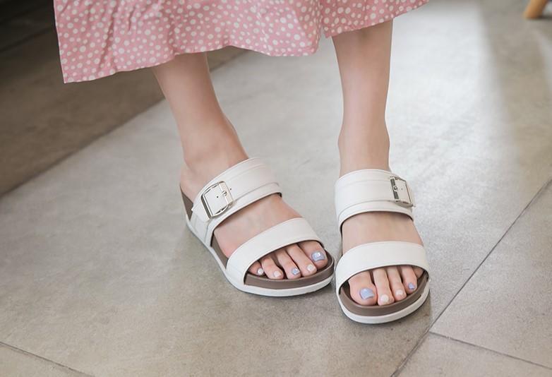 (2020 夏天鞋款推薦二:涼感一字釦帶楔型拖鞋,共有三種款式,簡單設計卻不失美感,是懶人夏天穿搭首選。)