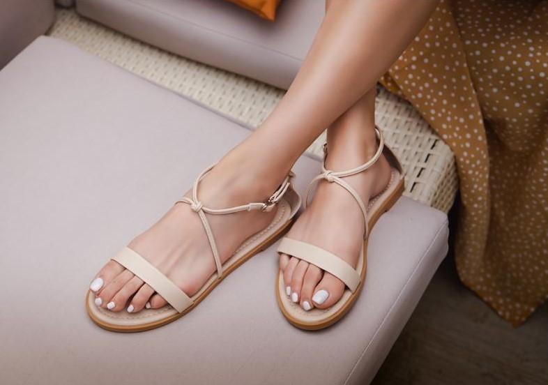 (2020 夏天鞋款推薦三:一字交叉踝釦涼鞋,共四種顏色,細緻綁帶修飾腳型,凸顯腳踝的線條美。)
