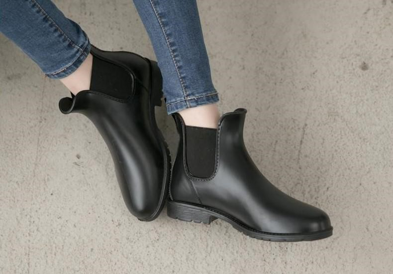 (2020 夏天鞋款推薦五:卻爾西低跟短筒雨靴,黑色的短靴外型讓人看不出是雨鞋。)